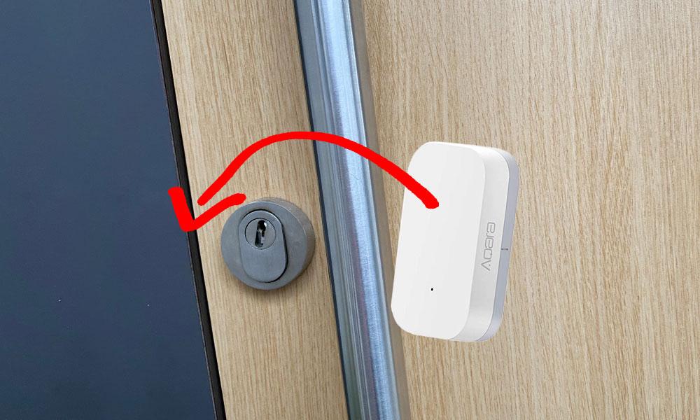 Der Xiaomi Aqara Fenstersentor passt in die Vertiefung hinter dem Türblech einer Haustür. Nach dem Anbringen eines Mikroschalters an den Sensor kann dadurch abgefragt werden, ob das Türschloss abgesperrt ist oder nicht.