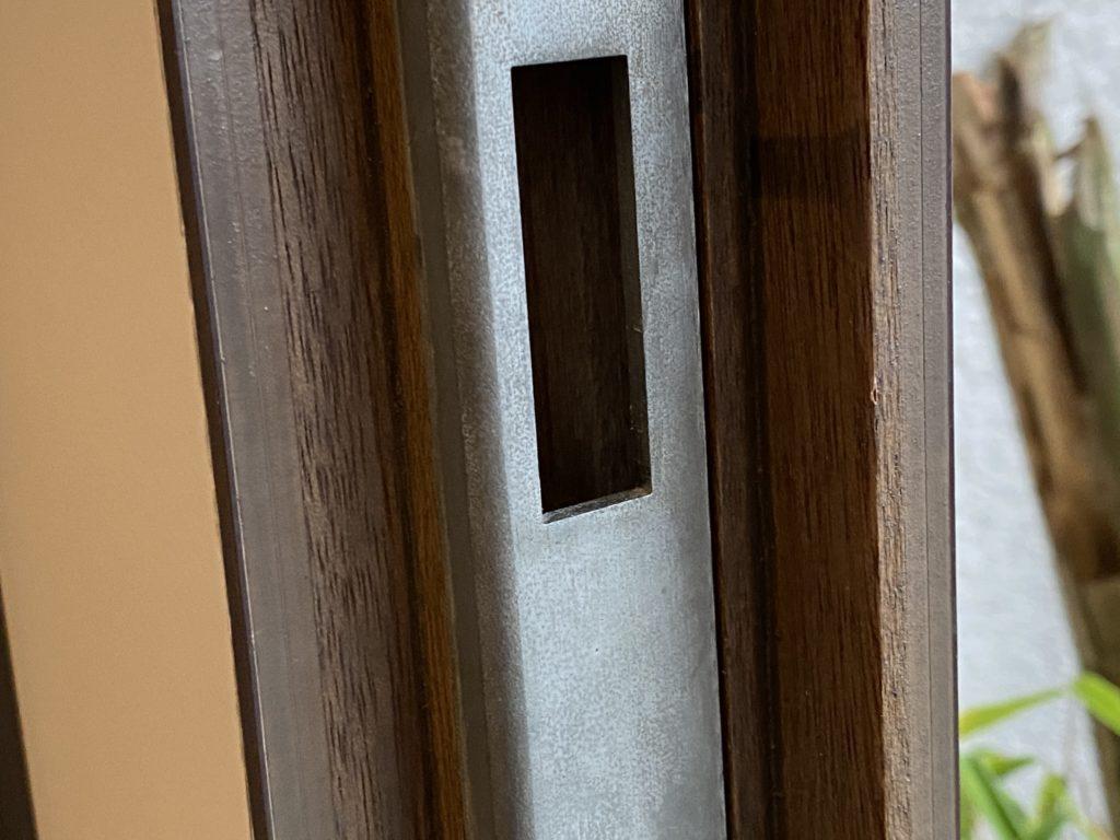 Der Xiaomi Aqara Fenstersentor passt oft in die Vertiefung des Schließriegels einer Haustür. Nach einem einfachen Umbau des Sensors kann dadurch abgefragt werden, ob das Türschloss abgesperrt ist oder nicht. Wie das geht, zeige ich dir in diesem Artikel.